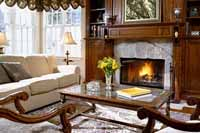 Общие очертания интерьера гостиной с камином.